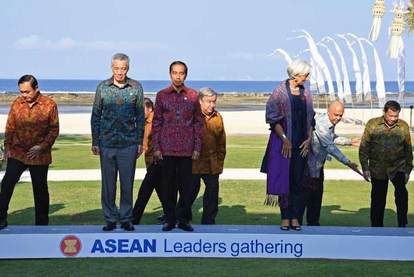 Presiden Joko Widodo (ketiga kiri) bersama kepala negara/pemerintahan negara-negara di ASEAN, Direktur Pelaksana IMF Christine Lagarde (Ketiga kanan) dan Sekjen PBB Antonio Guterres (Keempat kanan) bersiap melakukan sesi foto bersama dalam ASEAN Leaders Gathering di Hotel Sofitel, Nusa Dua, Bali, Kamis (11/10).