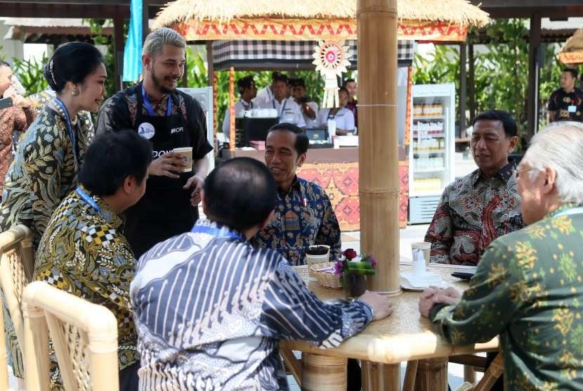 Presiden Joko Widodo (ketiga kiri) bersama sejumlah menteri Kabinet Kerja duduk bersantai sambil menikmati kopi di sela-sela Pertemuan Tahunan IMF - World Bank Group 2018 di Bali Nusa Dua Convention Center, Nusa Dua, Bali, Jumat (12/10).
