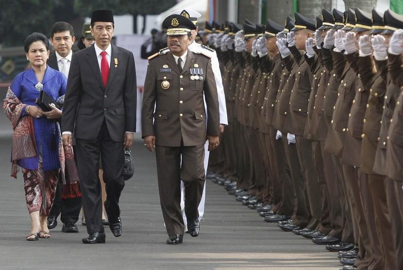 Presiden Joko Widodo (ketiga kiri) dan Ibu Negara Ny. Iriana Joko Widodo (kiri) didampingi Jaksa Agung M. Prasetyo (keempat kiri) dan Menteri PAN dan Reformasi Birokrasi Yuddy Chrisnandi (kedua kiri) berjalan menuju lapangan upacara Peringatan Hari Bhakti