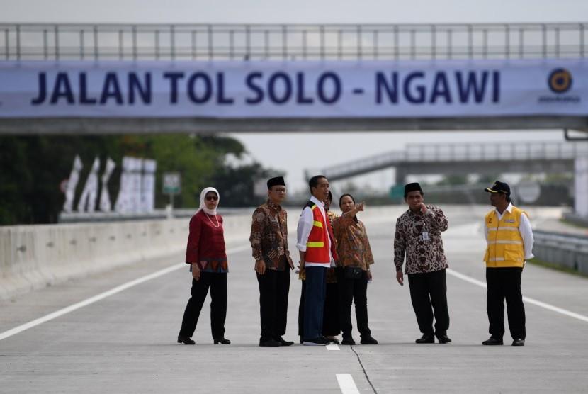 Presiden Joko Widodo (ketiga kiri) didampingi Menteri BUMN Rini Soemarno (ketiga kanan), Wakil Gubernur Jawa Tengah Taj Yasin Maimoen (kedua kanan), Dirut Jasa Marga Desi Arryani (kiri), Dirjen Bina Marga Sugiyartanto (kanan) dan Bupati Ngawi Budi Sulistyono (kedua kiri) meninjau Tol Solo-Ngawi segmen Sragen-Ngawi seusai peresmian di Rest Area KM 538, Sragen, Jawa Tengah, Rabu (28/11/2018).