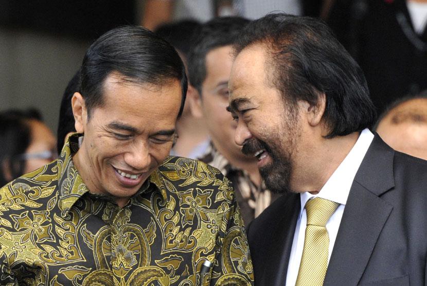 Presiden Joko Widodo (kiri) berbincang dengan Ketua Umum Partai Nasional Demokrat (NasDem) Surya Paloh.