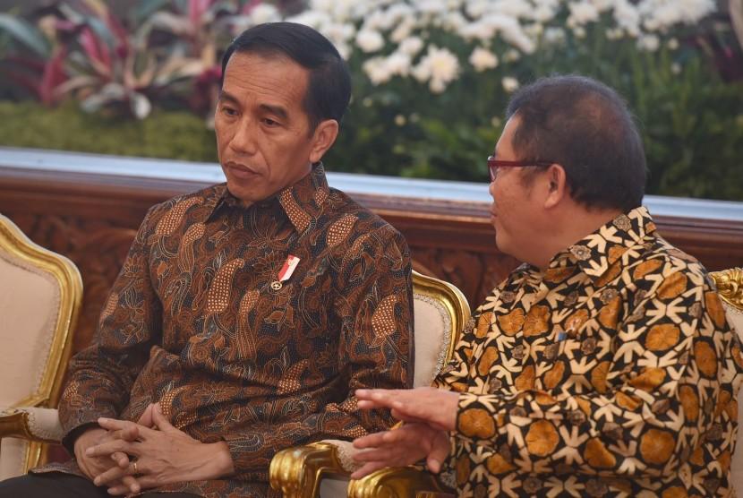 Presiden Joko Widodo (kiri) berdialog dengan Menkominfo Rudiantara