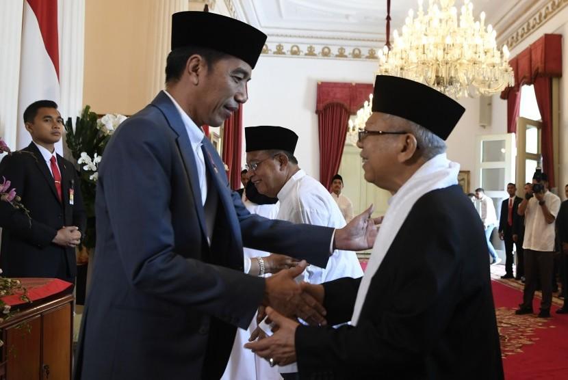 Presiden Joko Widodo (kiri) berjabat tangan dengan Cawapres nomor urut 01 Maruf Amin (kanan) saat halalbihalal di Istana Negara, Jakarta, Rabu (5/6/19).