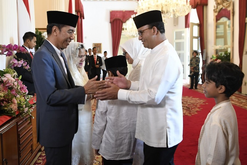 Presiden Joko Widodo (kiri) berjabat tangan dengan Gubernur DKI Jakarta Anies Baswedan (kedua kanan) saat halalbihalal di Istana Negara, Jakarta, Rabu (5/6/19).