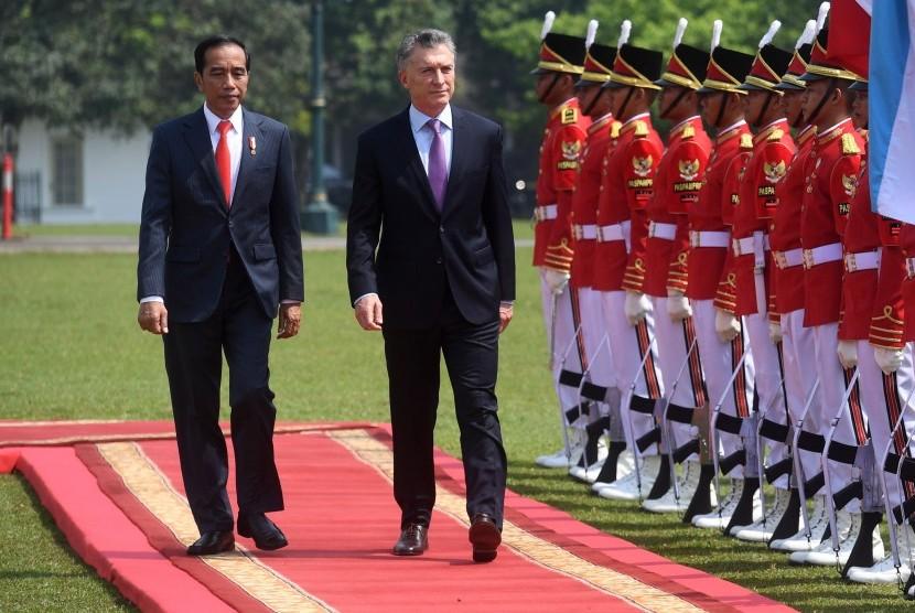 Presiden Joko Widodo (kiri) berjalan bersama Presiden Argentina Mauricio Macri (kanan) di Istana Bogor, Rabu (26/6/2019).