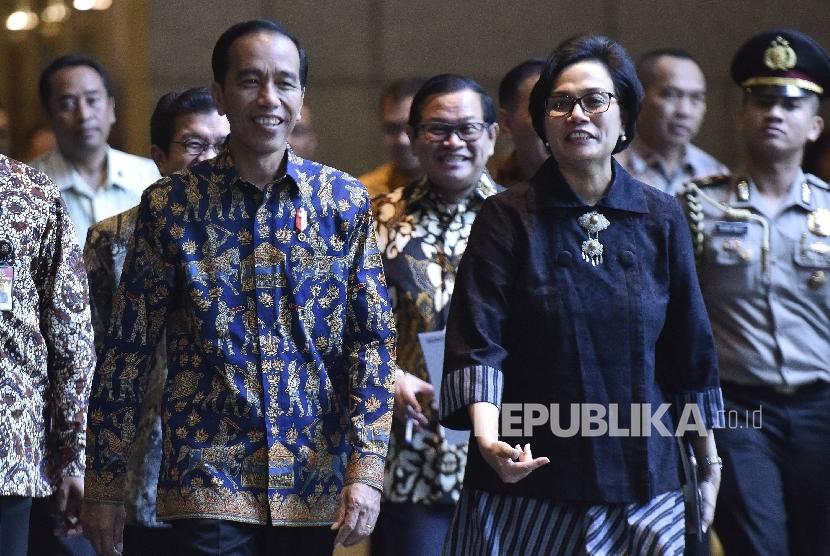 Presiden Joko Widodo (kiri) bersama dengan Menteri Keuangan Sri Mulyani.