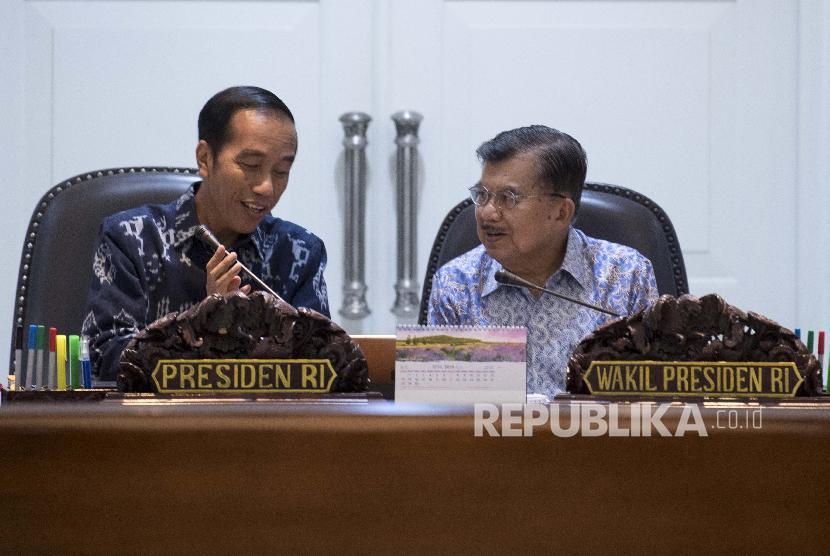 Presiden Joko Widodo (kiri) bersama Wakil Presiden Jusuf Kalla (kanan) memimpin rapat terbatas tentang ketersediaan anggaran dan pagu indikatif tahun 2020 di Kantor Presiden, Jakarta, Senin (22/4/2019). Pemerintah akan mengupayakan penganggaran dan alokasi APBN 2020 memberikan stimulus pada pertumbuhan ekonomi.