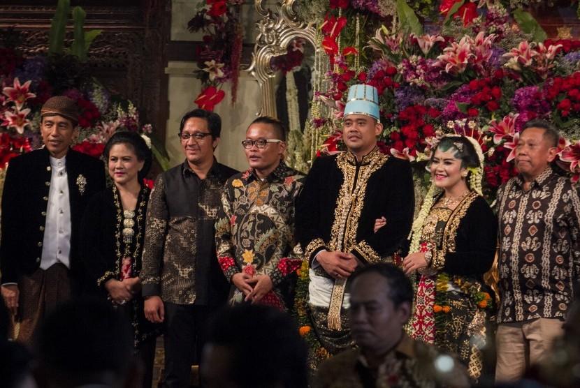 Presiden Joko Widodo (kiri) dan Ibu Negara Iriana Joko Widodo (kedua kiri) berfoto bersama artis pelawak Andre Taulani (tiga kiri), Sule (empat kiri) dan Tukul Arwana (kanan) saat resepsi pernikahan Kahiyang Ayu (dua kanan) dengan Bobby Nasution (tiga kanan) di Gedung Graha Saba, Sumber, Solo, Jawa Tengah, Rabu (8/11).