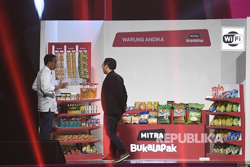 Presiden Joko Widodo (kiri) didampingi Founder dan CEO Bukalapak Achmad Zaky (kiri) meninjau stan warung mitra Bukalapak saat Perayaan HUT ke-9 Bukalapak di Jakarta, Kamis (10/1/2019). Bukalapak pada usia ke-9 tahun telah merangkul lebih dari empat juta pelapak dan 50 juta pengguna se-Indonesia.