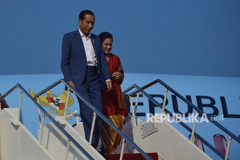 Presiden Joko Widodo (kiri) didampingi Ibu Negara Iriana Joko Widodo turun dari Pesawat Kepresidenan BBJ 2.