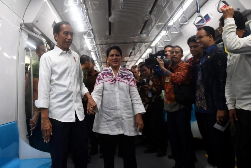 Presiden Joko Widodo (kiri) didampingi Ibu Negara Iriana Joko WIdodo (kedua kiri) mencoba MRT dengan rute stasiun Bundaran HI-Lebak Bulus-Istora di Jakarta, Kamis (21/3/2019).