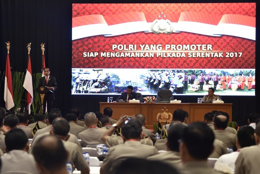 Presiden Joko Widodo (kiri) didampingi Kapolri Jenderal Pol Tito Karnavian (kanan) dan Menko Polhukam Wiranto menyampaikan arahan dalam Rapim Polri 2017 di Auditorium PTIK, Jakarta, Rabu (25/1).