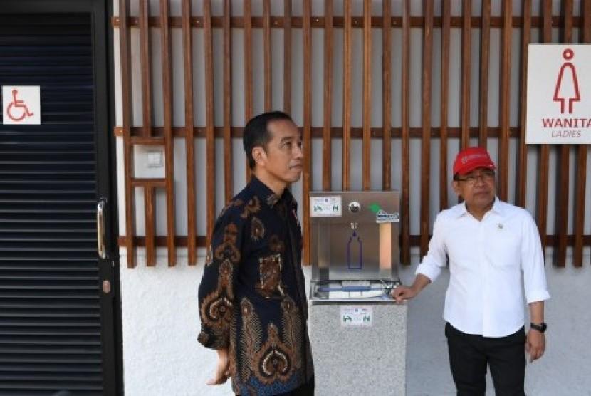 Presiden Joko Widodo (kiri) didampingi Mensesneg Pratikno meninjau fasilitas umum untuk masyarakat berkebutuhan khusus di Kompleks Gelora Bung Karno, Senayan, Jakarta, Selasa (16/10/2018). Kunjungan tersebut untuk menyaksikan secara langsung kelengkapan fasilitas bagi disabilitas serta mengajak seluruh pemangku kepentingan membuat kebijakan yang ramah untuk masyarakat berkebutuhan khusus.
