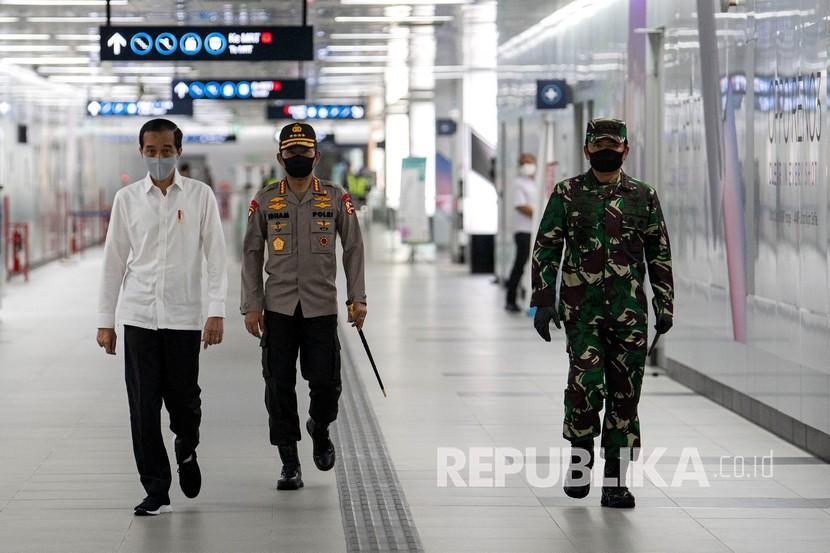 Presiden Joko Widodo (kiri) didampingi Panglima TNI Marsekal TNI Hadi Tjahjanto (kanan) dan Kapolri Jenderal Pol Idham Aziz meninjau kesiapan penerapan prosedur standar New Normal di Stasiun MRT Bundaraan HI, Jakarta, Selasa (26/5/2020).