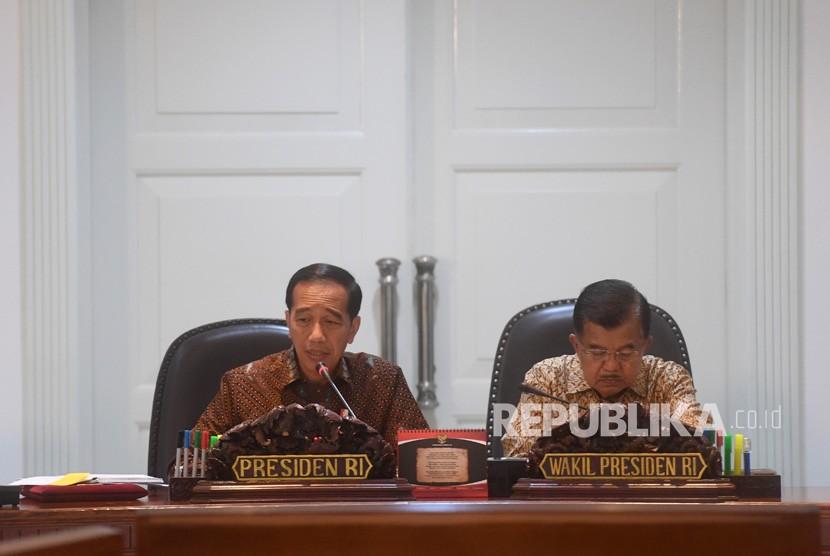 Presiden Joko Widodo (kiri) didampingi Wakil Presiden Jusuf Kalla (kanan) memimpin rapat terbatas di Kantor Presiden, Jakarta, Selasa (8/1/2019).