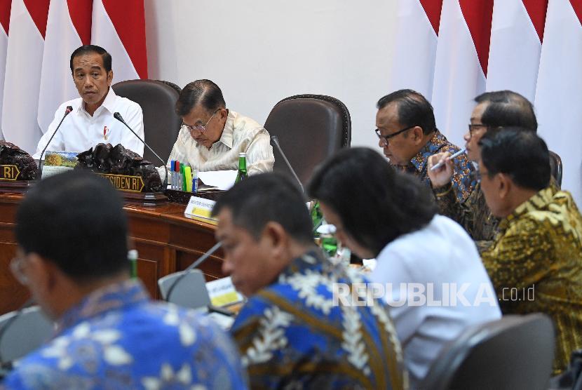 Presiden Joko Widodo (kiri) didampingi Wakil Presiden Jusuf Kalla (kedua kiri) memimpin rapat kabinet terbatas di Kantor Presiden, Jakarta, Senin (12/8/2019). Rapat kabinet terbatas tersebut membahas evaluasi pelaksanaan mandatori biodiesel.