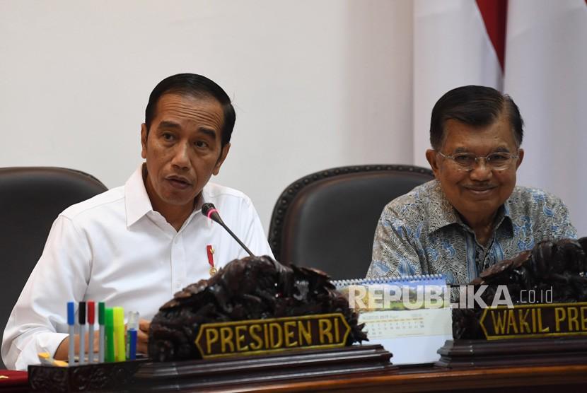 Presiden Joko Widodo (kiri) didampingi Wakil Presiden Jusuf Kalla (kanan) memimpin rapat kabinet terbatas di Kantor Presiden, Jakarta, Selasa (13/8/2019).
