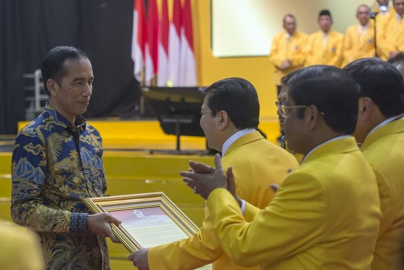 Presiden Joko Widodo (kiri), Ketua Umum Partai Golkar Setya Novanto (kedua kiri)
