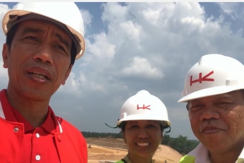 Presiden Joko Widodo (kiri), Menteri BUMN Rini Soemarno, dan Menteri PUPR Basuki Hadimoeljono saat memantau perkembangan pembangunan jalan Trans Sumatra ruas tol Pekanbaru-Dumai, Juli 2017.