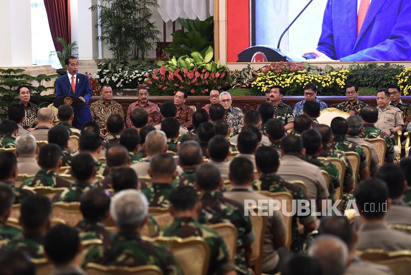 Presiden Joko Widodo (kiri) menyampaikan arahan kepada peserta Rapat Pimpinan Tentara Nasional Indonesia (TNI) dan Polri Tahun 2019 di Istana Negara, Jakarta, Selasa (29/1/2019).