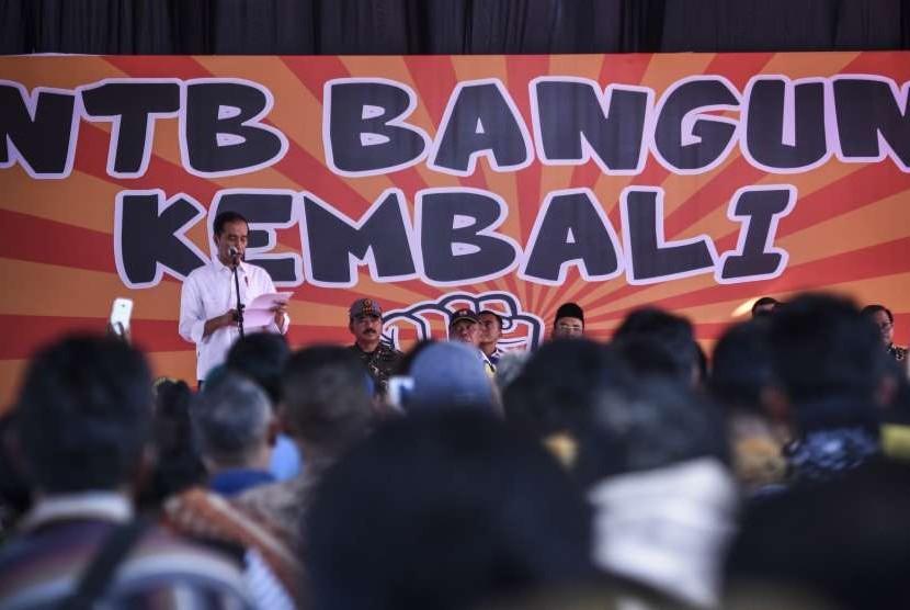 Presiden Joko Widodo (kiri) menyampaikan pidato sambutan usai memberikan bantuan korban gempa secara simbolis di Desa Pemenang Barat, Kecamatan Pemenang, Tanjung, Lombok Utara, NTB, Minggu (2/9).