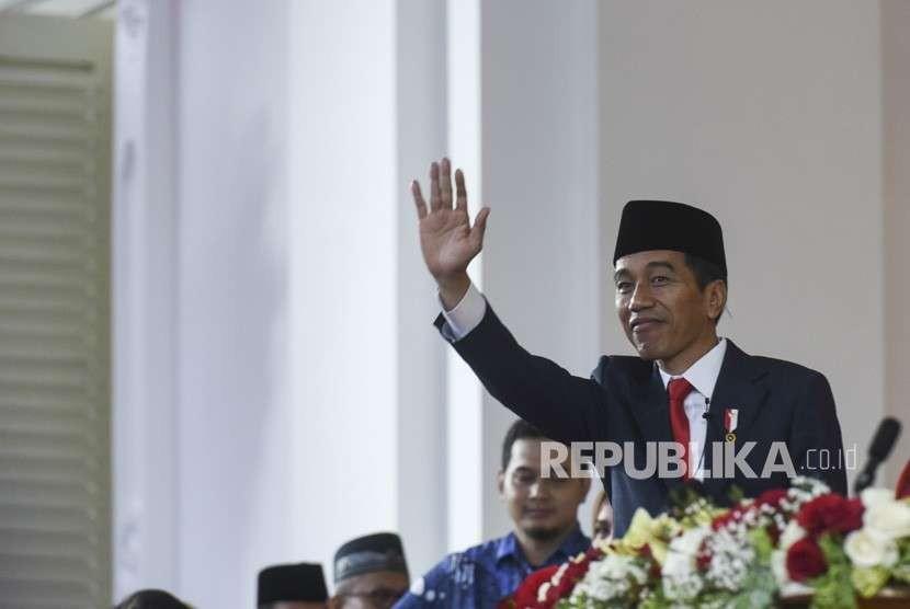Presiden Joko Widodo melambaikan tangan seusai Upacara Penurunan Bendera HUT ke-73 RI di Istana Merdeka, Jakarta, Jumat (17/8).