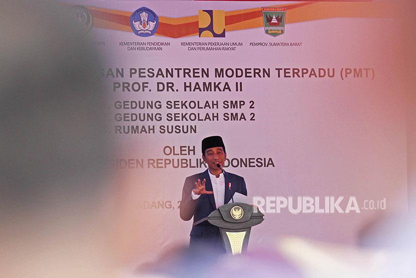 Presiden Joko Widodo memberikan kata sambutan saat meresmikan gedung Pondok Pesantren Modern Terpadu (PMT), Buya Hamka, Padang, Sumatera Barat, Senin (21/5).