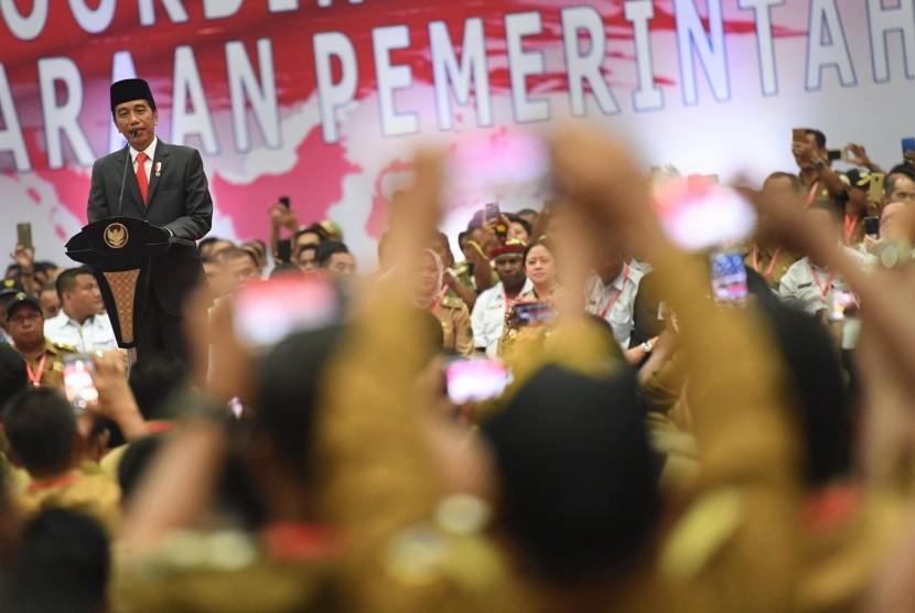 Presiden Joko Widodo memberikan pidato dalam acara Rakornas Penyelenggaraan Pemerintahan Desa 2019 di Jakarta, Rabu (20/2/2019).