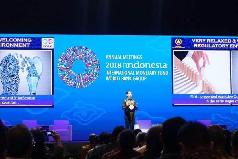 Presiden Joko Widodo memberikan pidato sambutan dalam acara Bali Fintech Agenda di Nusa Dua, Bali pada Kamis (11/10).