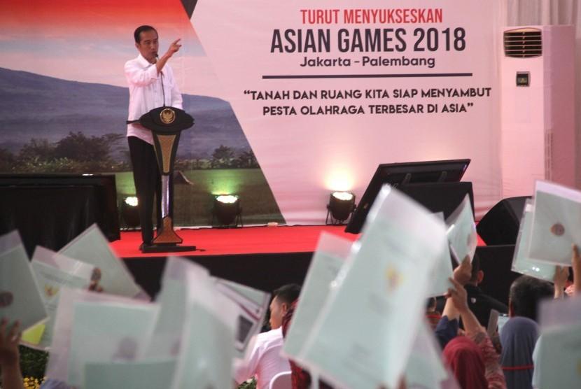 Presiden Joko Widodo memberikan sambutan saat penyerahan sertifikat tanah kepada warga di Kuningan, Jawa Barat, Jumat (25/5).