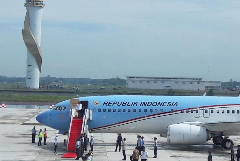 Presiden Joko Widodo mendarat perdana dengan oesawat kepresidenan di Bandara Internasional Jawa Barat  (BIJB) di Kecamatan Kertajati, Kabupaten Majalengka, Kamis (24/5).