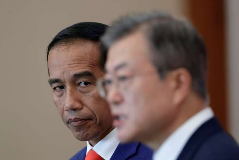 Presiden Joko Widodo mendengarkan Presiden Korea Selatan Moon Jae-in.