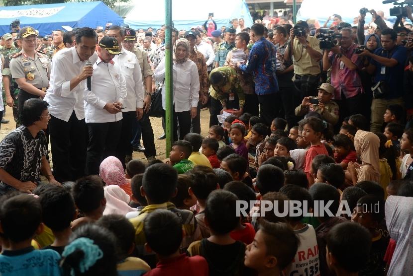 Presiden Joko Widodo menemui anak-anak pengungsi saat mengunjungi tempat pengungsian korban gempa di Masjid Atta Qaruf, Pidie Jaya, NAD, Jumat (9/12).