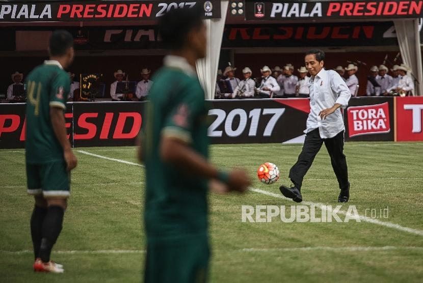 Presiden Joko Widodo menendang bola saat membuka laga Piala Presiden 2017 di Stadion Maguwoharjo, Sleman, DI Yogyakarta, Sabtu (4/2). Piala Presiden kembali digelar pada tahun ini.