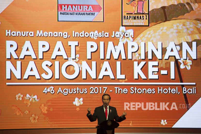 Presiden Joko Widodo meneriakkan yel-yel kepada peserta Rapat Pimpinan Nasional (Rapimnas) ke-1 Partai Hanura di Kuta, Bali, Jumat (4/8).