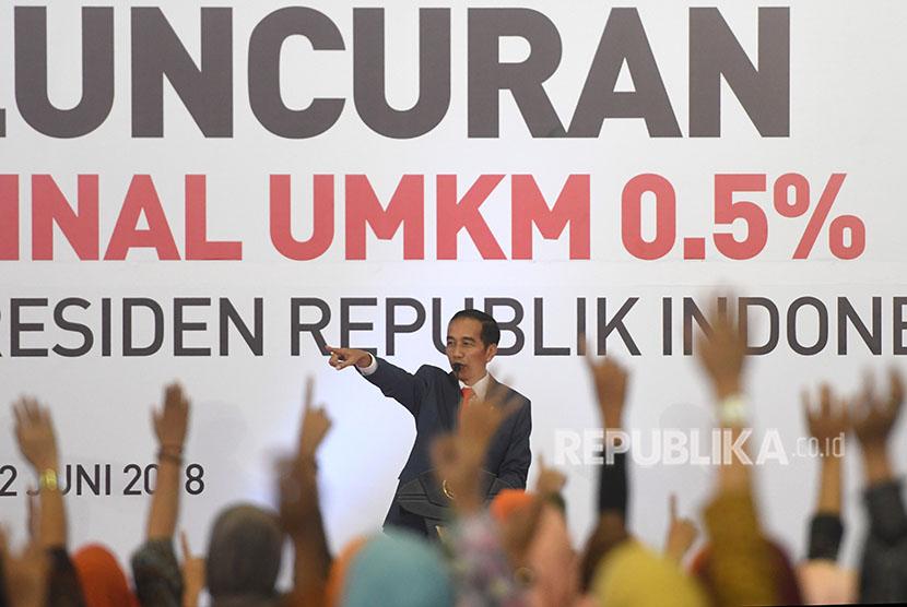 Presiden Joko WIdodo mengajukan pertanyaan kepada warga di sela peluncuran aturan penurunan tarif Pajak Penghasilan Final 0,5 persen bagi UMKM di Surabaya, Jawa Timur, Jumat (22/6).