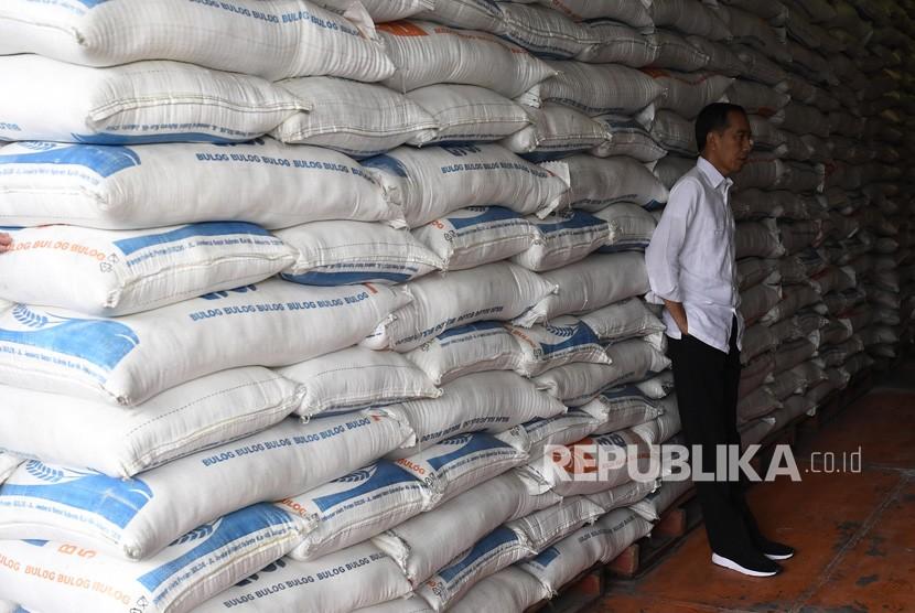 Presiden Joko Widodo mengecek stok beras di Kompleks Pergudangan Bulog, Jakarta, Kamis (10/1/2019).
