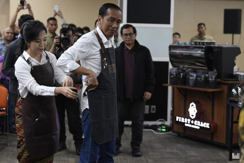 Presiden Joko Widodo mengenakan celemek saat mengikuti kelas kopi dalam Festival Terampil di Jakarta, Sabtu (9/2/2019).