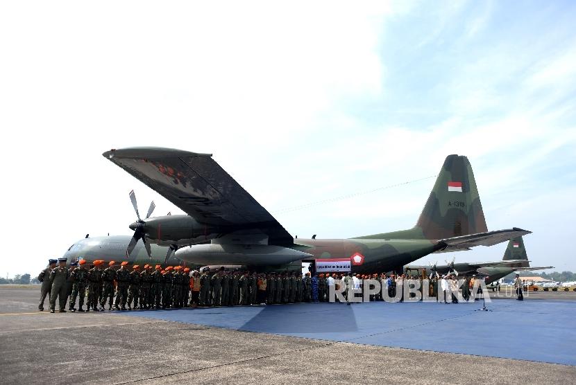 Presiden Joko Widodo menggelar konferensi pers usai melihat persiapan pengiriman bantuan kemanusiaan untuk pengungsi Rohingya di Pangkalan TNI AU, Bandara Halim Perdanakusumah, Jakarta, Rabu (13/9).