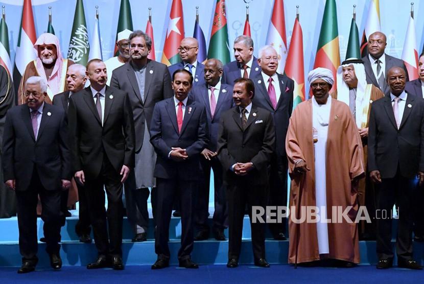 Presiden Joko Widodo menghadiri KTT luar biasa OKI di Istanbul, Turki, Rabu (13/12).