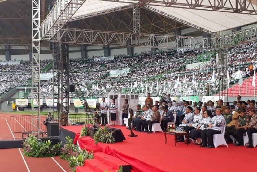 Presiden Joko Widodo menghadiri peringatan Hari Guru Nasional di Bekasi, Sabtu (2/12)
