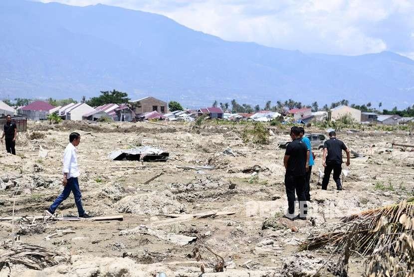 Presiden Joko Widodo mengunjungi lokasi yang rusak akibat gempa di kawasan Petobo, Palu, Sulawesi Tengah, Rabu (3/10).