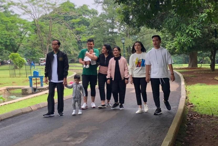 Presiden Joko Widodo menikmati kebersamaan keluarga dengan berjalan pagi di Istana Bogor, Jawa Barat, Sabtu (8/12).