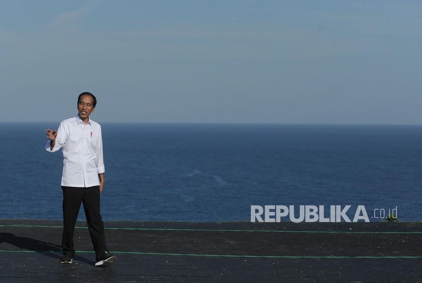 Presiden Joko Widodo meninjau lokasi latihan olahraga paralayang saat mengunjungi kawasan pariwisata berbasis olahraga atau sport tourism di Desa Kutuh, Badung, Bali, Jumat (17/5/2019).