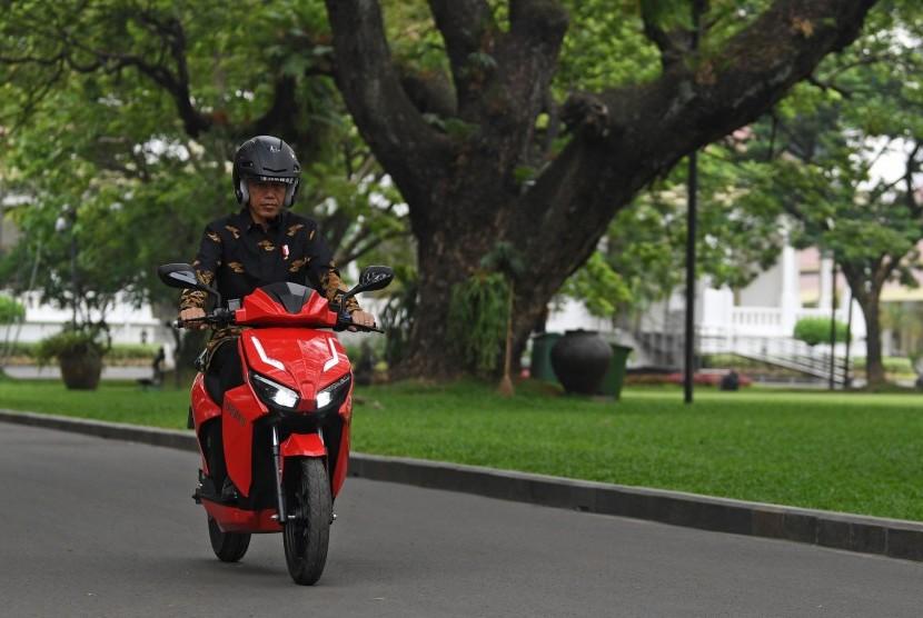 Presiden Joko Widodo menjajal motor listrik buatan dalam negeri Gesits seusai melakukan audiensi dengan pihak-pihak yang terlibat proses produksi di halaman tengah Istana Kepresidenan, Jakarta, Rabu (7/11/2018).