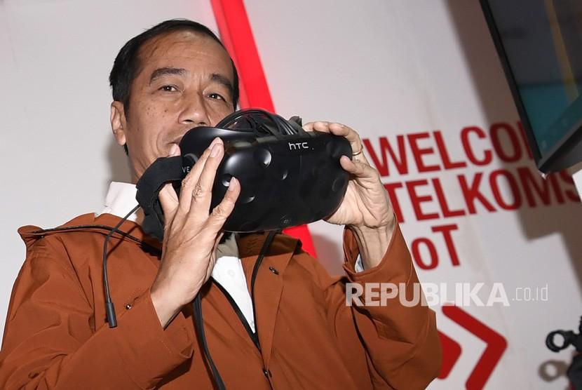 President Joko Widodo tries Oculus virtula reality when visiting Ideafest 2018 at JCC, Jakarta, Friday (Oct 26).
