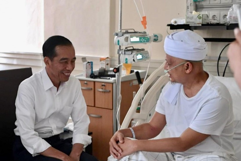 President Joko Widodo visits KH Arifin Ilham at RSCM, Jakarta, Wednesday (Jan 9) morning.