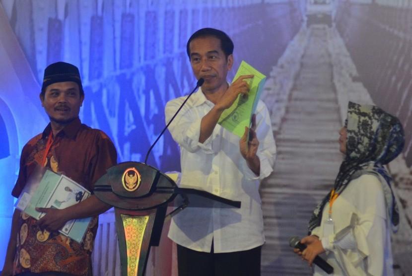 Presiden Joko Widodo menunjukkan sertifikat tanah milik warga (ilustrasi)