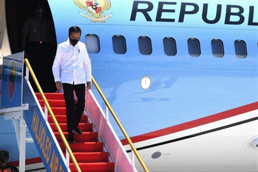 Presiden Joko Widodo menuruni tangga pesawat kepresidenan.