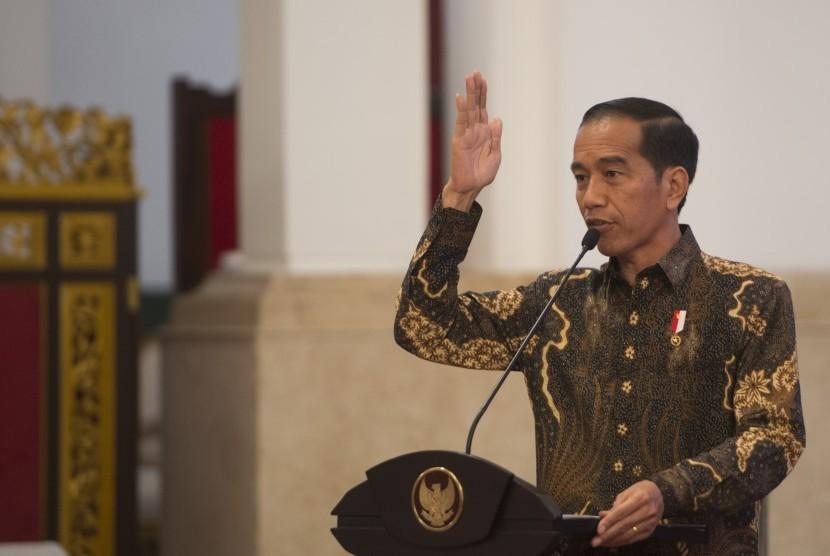 Presiden Joko Widodo menyampaikan pengarahan kepada gubernur, bupati, dan wali kota seluruh Indonesia, di Istana Negara, Jakarta, Selasa (24/10).